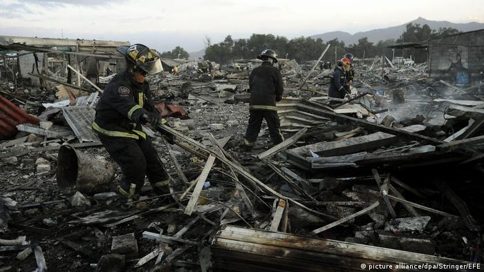 Mexiko Explosion auf einem Feuerwerkskörper-Markt in Tultepec (picture alliance/dpa/Stringer/EFE)