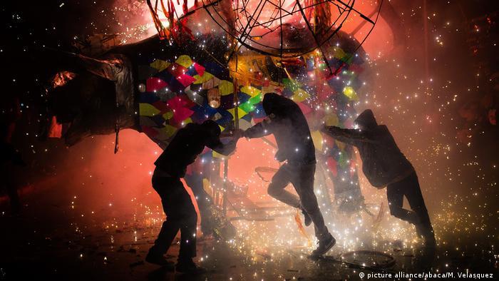 Mexiko Feuerwerk traditioneller Stier Torito in Tultepec (picture alliance/abaca/M. Velasquez )