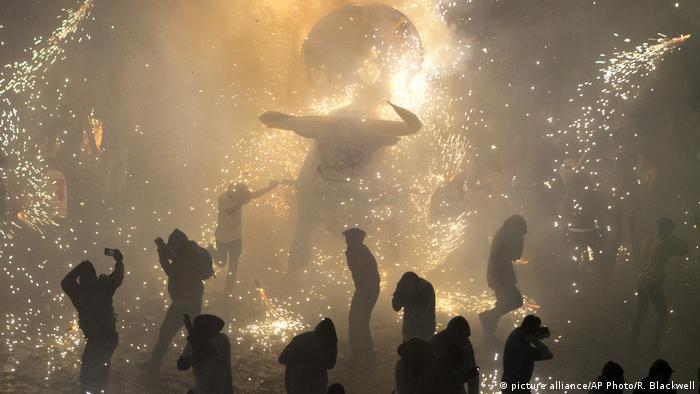 Mexiko Feuerwerk traditioneller Stier Torito in Tultepec (picture alliance/AP Photo/R. Blackwell)