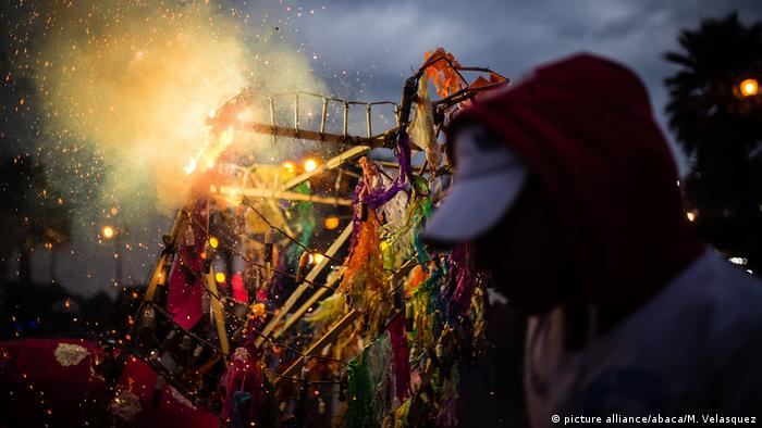 Mexiko Feuerwerk traditioneller Stier Torito in Tultepec (picture alliance/abaca/M. Velasquez)