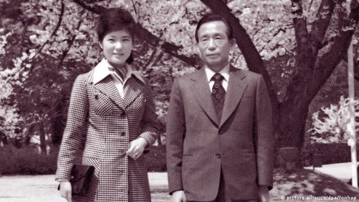 1974: южнокорейският президент Пак Чжън-хи с дъщеря си и бъдеща президентка на Южна Корея Пак Гън-хе