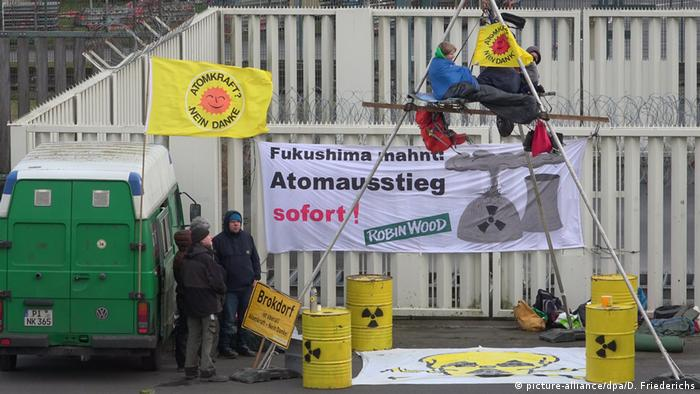 Protesters calling for the immediate closure of a German nuclear power plant (picture-alliance/dpa/D. Friederichs)