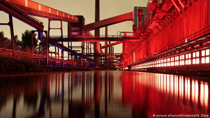 the Zollverein coking plant is a spectacular illuminated attraction at night (picture alliance/blickwinkel/S. Ziese)