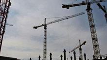 ** ARCHIV ** Kraene stehen am 14. Juli 2008 in Dresden auf der Baustelle fuer ein Einkaufscenter. Das deutsche Bruttoinlandsprodukt ist im dritten Quartal zum zweiten Mal in Folge geschrumpft, und zwar um 0,5 Prozent. Die sich bereits abzeichnende Abwaertsentwicklung fuer die deutsche Wirtschaft habe sich damit fortgesetzt, teilte das Statistische Bundesamt in Wiesbaden am Donnerstag, 13. Nov. 2008, mit. (AP Photo/Matthias Rietschel) --** FILE ** Cranes stand on a construction site for a new shopping center in Dresden, eastern Germany, Monday, July 14, 2008. (AP Photo/Matthias Rietschel)