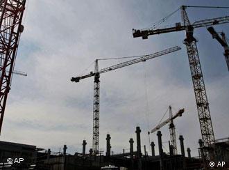 Baukräne auf einer Baustelle in Dresden (Foto: AP)