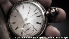 Pocket watch in man's hand, Taschenuhr in der Hand des Mannes | Verwendung weltweit, Keine Weitergabe an Wiederverkäufer.