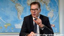 Bundesentwicklungsminister Gerd Müller (CSU) gibt am 16.12.2016 im Bundesministerium für wirtschaftliche Zusammenarbeit und Entwicklung (BMZ) in Berlin ein Interview zum Thema Flüchtlingshilfe. (zu dpa Hilfe für Aleppos Vertriebene - Müller ist enttäuscht vom EU-Gipfel vom 16.12.2016) Foto: Rainer Jensen/dpa +++(c) dpa - Bildfunk+++ | Verwendung weltweit