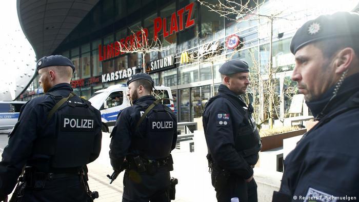 Polizei schließt nach Terrordrohung Einkaufszentrum in Essen (Reuters/T. Schmuelgen)
