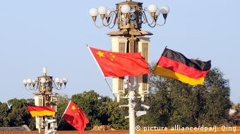 China Tiananmen Square - Deutsche Chinesische Flagge (picture alliance/dpa/J. Qing)