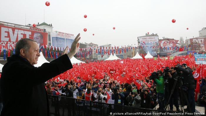 Tayyip Erdogan nennt Niederländer Nazi-Nachfahren (picture alliance/AP/Kayhan Ozer/Pool Presidential Press Service)