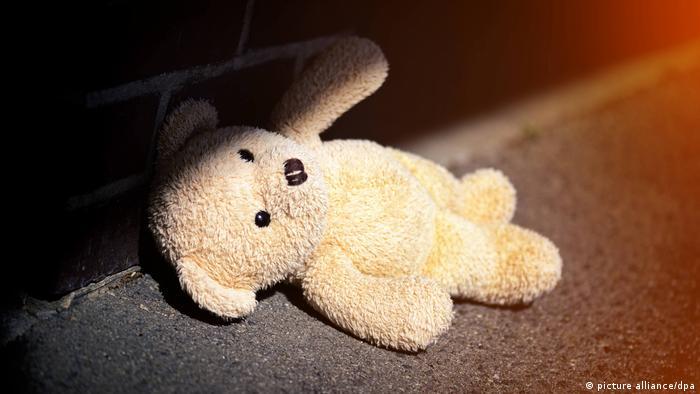 Ein Stoff-Teddy liegt auf dem Boden, Symbolfoto Kindheitstrauma und Gewalt Kindesmissbrauch in Deutschland
