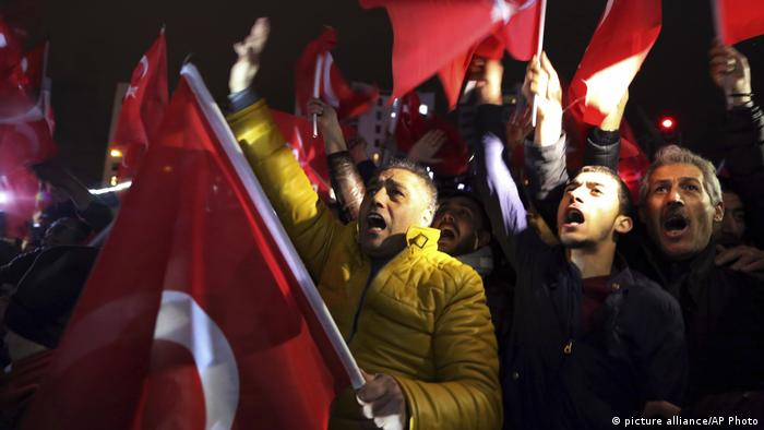 Türkei Demonstration vor der niederländischen Konsulat in Istanbul	Türkei Demonstration vor der niederländischen Konsulat in Istanbul (picture alliance/AP Photo)