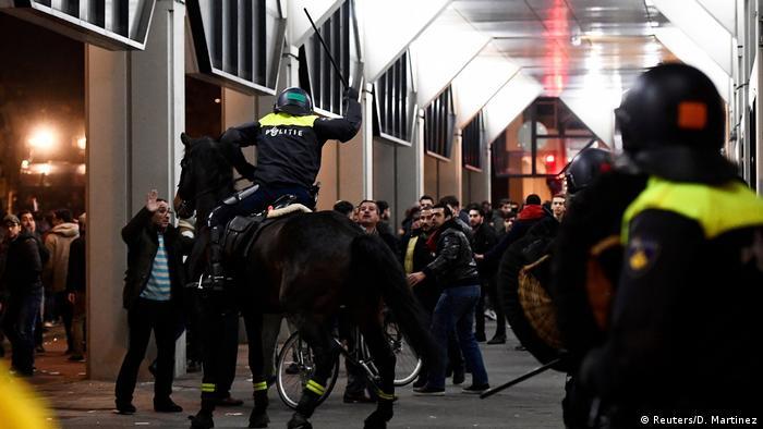 Rotterdam Konsolosluğu önünde toplanan Türk göstericilere polis müdahalesi