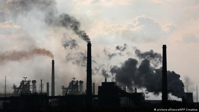 Bulgarien Stahlwerk dampfende Schloten