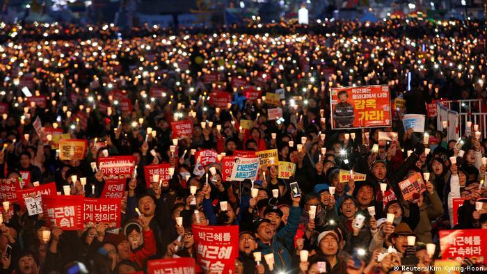 Südkorea Nach Amtsenthebung von Präsidentin Park ist die Gesellschaft weiter gespalten (Reuters/Kim Kyung-Hoon)