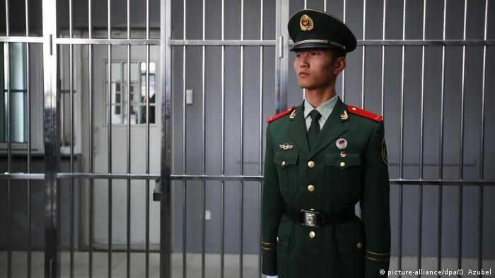 Ein Gefängniswärter in Peking