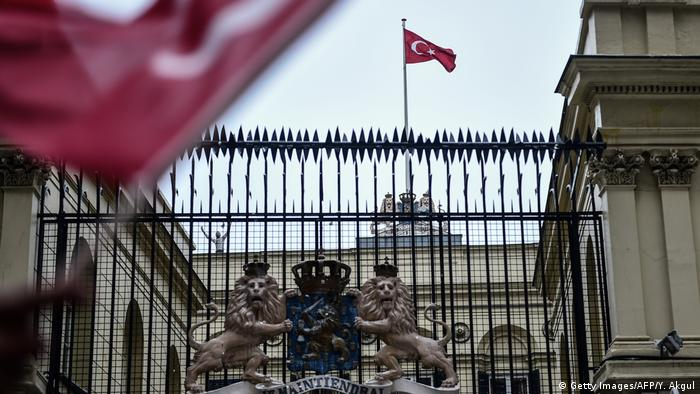 Türkei Istanbul Niederländisches Konsulat türkische Flagge (Getty Images/AFP/Y. Akgul)