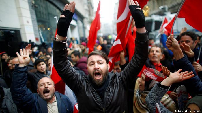 Türkei Niederländisches Konsulat in Istanbul - Protest (Reuters/O. Orsal)