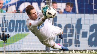 Deutschland FC Schalke 04 - FC Augsburg   Ralf Fährmann hält Elfmeter