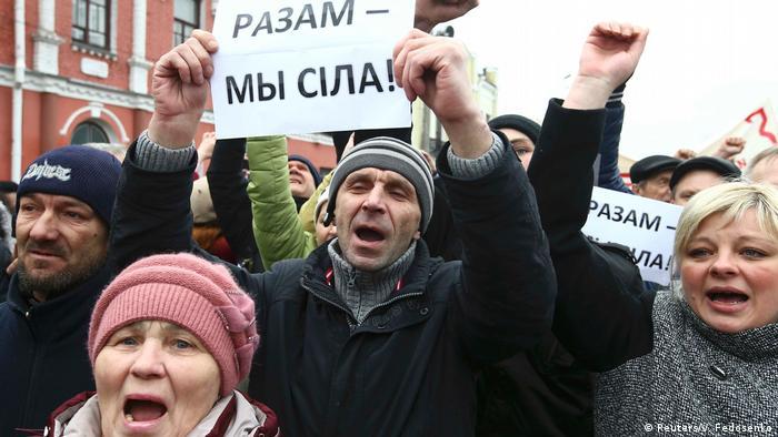 Pessoas protestam em Belarus