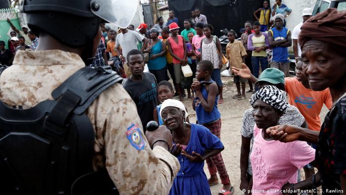 (Haiti). Bus rast in Gruppe von Straßenmusikern (picture-alliance/dpa/Reute/C. G. Rawlins)