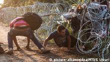 August 2015: Flüchtlinge durchbrechen eine Absperrung bei Röszke an der Grenze zwischen Ungarn und Serbien
