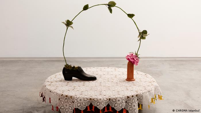 Art installation by Nilbar Güreş: shoe, rose and dildo (Schwules Museum)