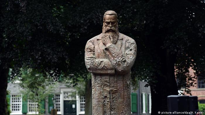 Engels statue in Wuppertal (picture-alliance/dpa/H. Kaiser)