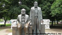 Auf dem Gelände des ehemaligen Marx-Engels-Forums steht noch die Bronze-Skulptur von Karl Marx (sitzend) und Friedrich Engels vom Bildhauer Ludwig Engelhardt. Foto: M. C. Hurek | Verwendung weltweit