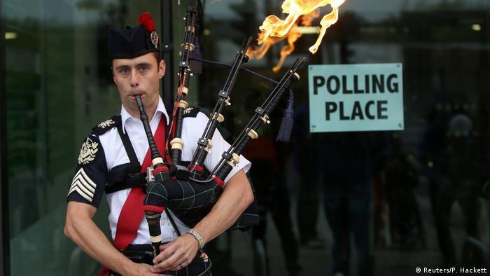 Schottland Dudelsack-Spieler vor Wahllokal