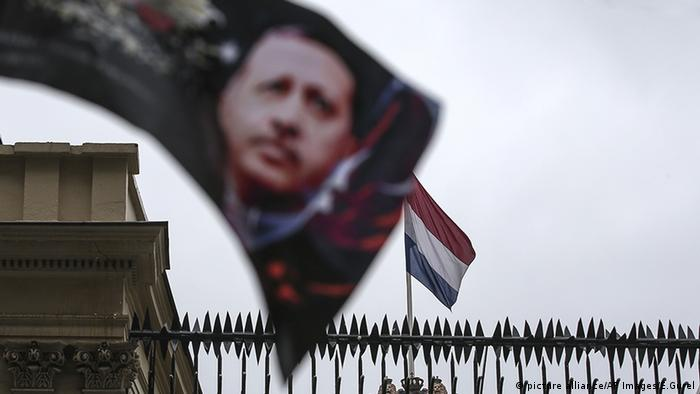Türkei Niederlande Flagge Erdogan (picture alliance/AP Images/E.Gurel)
