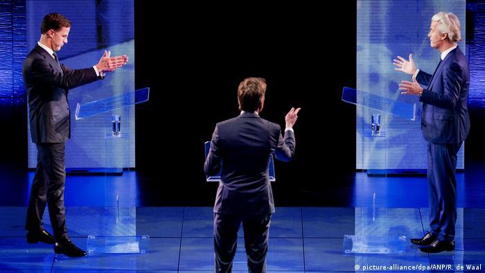 Марк Рютте (ліворуч) та Геерт Вілдерс (праворуч) під час теледебатів 13 березня