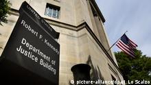 file - The United States Department of Justice building is pictured in downtown Washington, DC, USA, 14 May 2013. EPA/JIM LO SCALZO/dpa (zu dpa Bericht: VW im Visier der US-Justiz - Krisentreffen am Mittwoch vom 22.09.2015) +++(c) dpa - Bildfunk+++ |