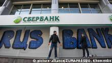 Ukraine Aktivisten mauern russische Bank ein (picture-alliance/ZUMAPRESS/O. Khomenko)