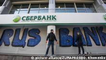Ukraine Aktivisten mauern russische Bank ein