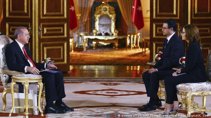 Türkei Erdogan Interview für A Haber TV in Istanbul (picture-alliance/AP Photo/Presidential Press Service(K. Ozer)