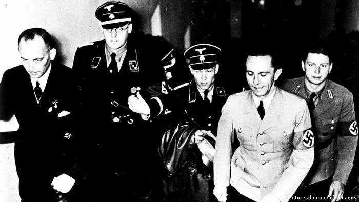 Joseph Goebbels with officers during a film screening in 1936 (picture-alliance/akg-images)