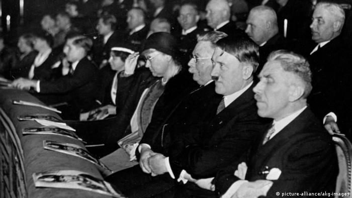 Hitler als Ehrengast bei Filmvorfuehrung