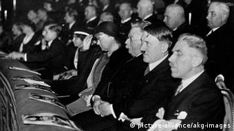 Hitler as guest of honor during a film screening (picture-alliance/akg-images)