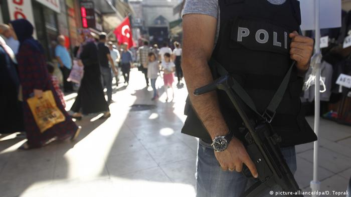 Türkei Großer Basar in Istanbul Polizei (picture-alliance/dpa/D. Toprak)