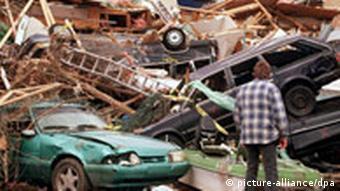 Demolierte Autos in zerstörten Appartmentanlagen
