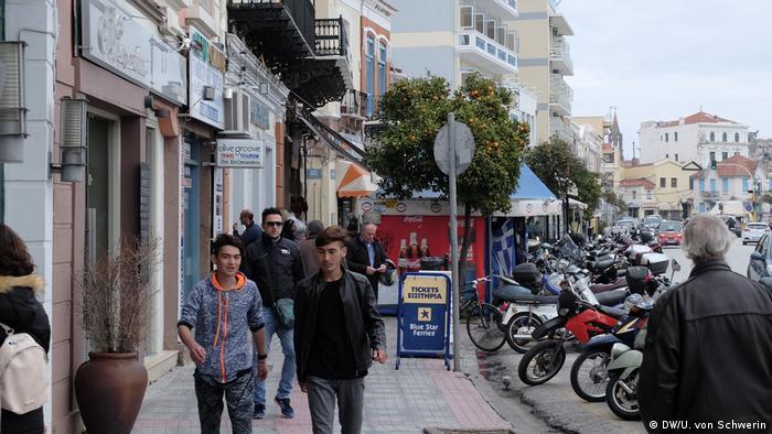 Жителі Мітіліні звикли до сирійців та афганців, які гуляють вулицями міста