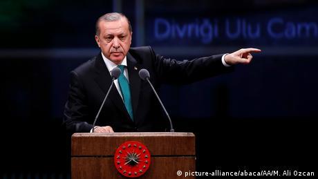 Turkish President Recep Tayyip Erdogan gestures during a speech (picture-alliance/abaca/AA/M. Ali Ozcan)