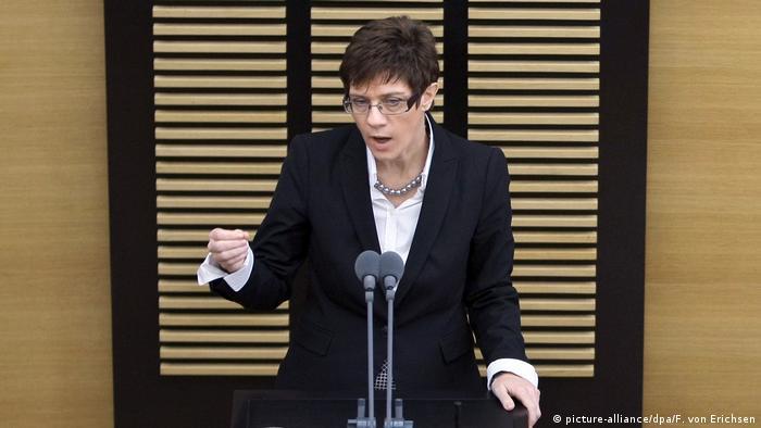 Deutschland Annegret Kramp-Karrenbauer im Landtag Saarland (picture-alliance/dpa/F. von Erichsen)