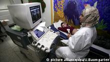 DEUTSCHLAND, BONN, 09.12.2010 Junge während Ultraschall Untersuchung.   Keine Weitergabe an Wiederverkäufer.