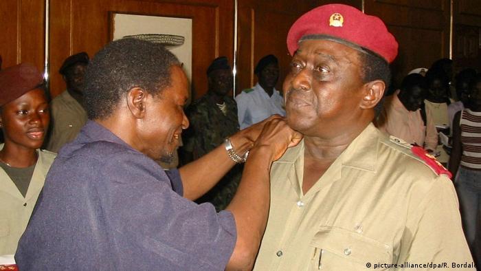 Guinea-Bissau Militärputsch Präsident Kumba Iala mit General Verissimo Correia Seabra (picture-alliance/dpa/R. Bordalo)
