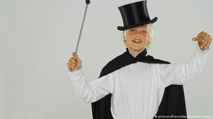 Blonde boy as a magician (picture-alliance/dpa/Denouk Images)