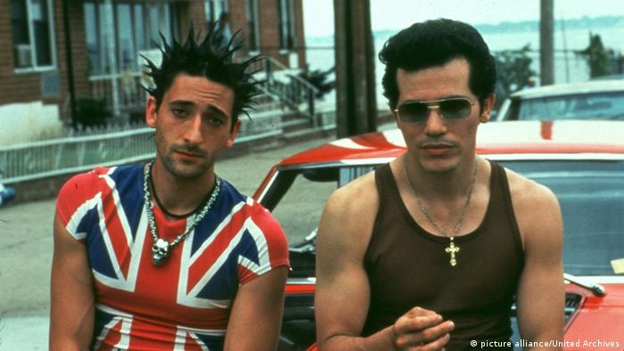 Film still 'Summer of Sam': Adrien Brody in a punk style and John Leguizamo wearing sunglasses and a cross necklace.