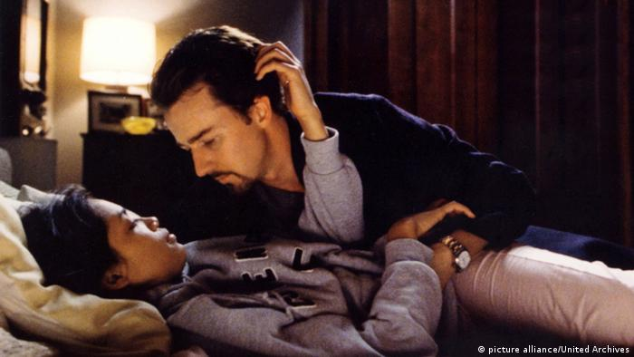 Film still '25th Hour': Edward Norton looking into the eyes of Rosario Dawson, lying in bed.