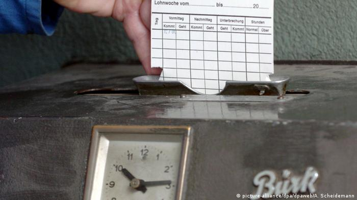 Punch clock, Copyright: picture-alliance/dpa/dpaweb/A. Scheidemann